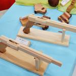 子供と木のおもちゃ